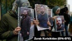 Чеченцы у немецкого посольства в Тбилиси с потретами Хангошвили, 10 сентября 2019 года