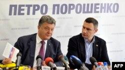 Кандидат в президенты Украины Петр Порошенко (слева) и поддержавший его кандидат в мэры Киева Виталий Кличко на пресс-конференции 21 мая 2014 года.