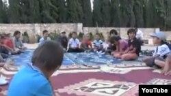 """Скриншот опубликованного в Интернете видео о детях казахских """"джихадистов"""", выехавших в Сирию вместе с семьями."""