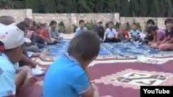 """""""Сирияға жиһад жасауға барғанын айтқан"""" адамдардың балалары. (YouTube видеосынан скриншот)"""