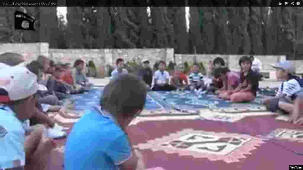 На видеозаписи об «отправившихся на джихад в Сирию» показаны и совсем маленькие дети и дети постарше, которые читают суры из Корана. Девочки, даже в возрасте трех-четырех лет, одеты в черные хиджабы, одежда некоторых полностью закрывает лицо. На видео нет ни одной взрослой девушки или женщины. В сюжете несколько мальчиков делают упражнения по отжиманию.