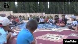 """Сирияға барған қазақ """"жиһадшылардың"""" балалары деп Youtube-ке жарияланған видеоның скриншоты."""