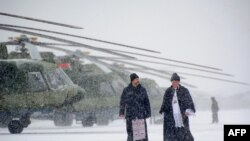 Білорусь. Священики проходять повз нової партії російських гелікоптерів Мі-8МТВ-5 під час урочистої церемонії передачі на військовій базі поблизу Мінська, 28 листопада 2016 року