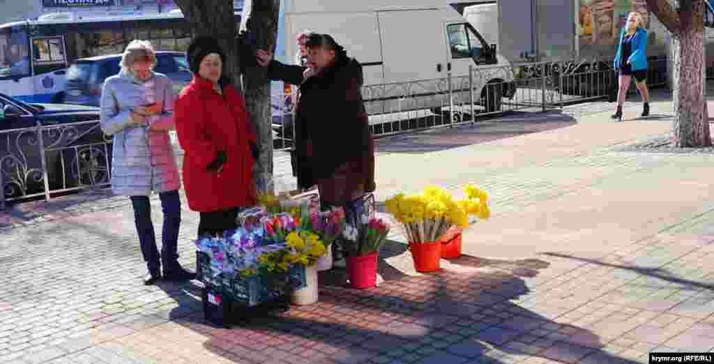 С наступлением весны улицы Симферополя наполняются красками
