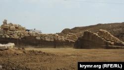 Остатки раскопанного кургана «Госпитальный» в Керчи