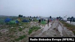 Архивска фотографија-Илјадници бегалци и мигранти во тешки услови кампуваат во Идомени во Грција