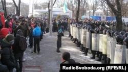 Оппозиция Днепропетровск қаласының әкімшілігіне басып кіруге әрекет етіп тұр. 26 қаңтар 2014 жыл