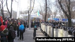 Протестующие стоят напротив милиционеров, окруживших здание городской администрации Днепропетровска. 26 января 2014 года.