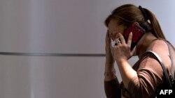 Женщина в специальном центре, организованном для родных и друзей пассажиров пропавшего лайнера Malaysia Airlines, в аэропорту Куала-Лумпура.