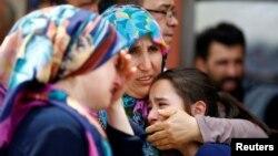Сваякі аднаго з загінулых падчас тэракту ў аэрапорце Стамбула, 29 чэрвеня 2016 году