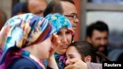 Ататүрік әуежайындағы жарылыстан зардап шеккен адамның туыстары. Стамбул, 29 маусым 2016 жыл.