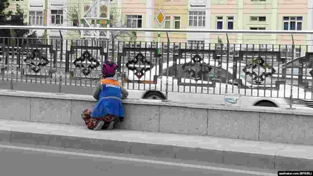 Aşgabatda komunal hojalyk gullugynyň işgäri arassaçylyk işlerini geçirýär.