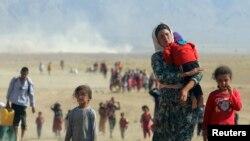 """Члены группы езидов бегут от группировки """"Исламское государство"""", окрестности Синджара, Ирак."""