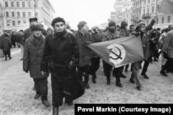 Февраль 1997 года. Петербургские национал-большевики на марше против понижения уровня жизни населения, организованном профсоюзами. Фото Павла Маркина