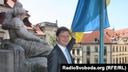 Мер Праги Томаш Гудечек поряд з українським прапором на будівлі мерії міста, 21 травня 2014 року