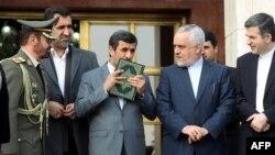 Президент Ахмадинежад целует Коран перед вылетом в Венесуэлу, 7 марта 2013 г.