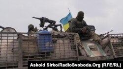 На снимке, сделанном в апреле, украинские военные в районе Мариуполя