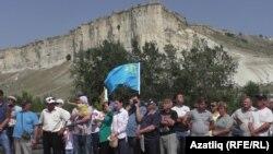 Крым татарлары жарым арал аннексиялангандан бери куугунтукка кабылып жатканын айтып келишет. Сүрөт алардын 2017-жылдын 20-августундагы нааразылык акциясы учурунда тартылган.