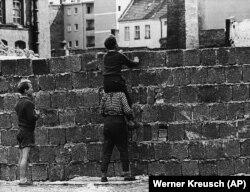 23 августа 1961 года. Район Веддинг в Западном Берлине. Мальчишка на плечах своего товарища смотрит через стену на кварталы в Восточном Берлине.