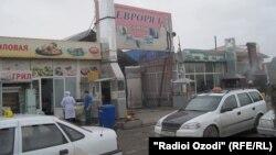 """Кыргызстанга жакын Хожент шаарындагы """"Сомон"""" базары."""