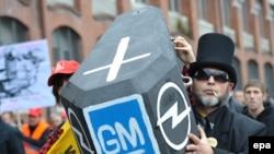 Эътирози коргарони ширкати Opel дар назджи корхонаи худ дар Рюселмшейми Олмон, 5 ноябри соли 2009.
