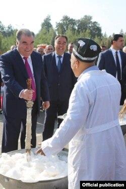 Эмомали Рахмон во время визита в Согдийскую область и посещения фестиваля плова.
