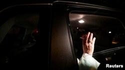Papa Françesk përshëndet besimtarët derisa largohet prej Pallatit Guanabara ku ai morri pjesë në një ceremoni mikëpritëse, Rio de Zhaneiro, 22 korrik, 2013