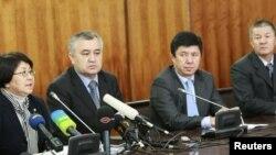 Члены Временного правительства: Роза Отунбаева, Омурбек Текебаев, Темир Сариев, Исмаил Исаков. Бишкек, 8 апреля 2010 года.