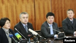 Убактылуу өкмөттүн башчысы Р. Отунбаева жана анын орун басарлары Ө. Текебаев, Т. Сариев жана И. Исаков маалымат жыйынында. 2010-жылдын 8-апрели.