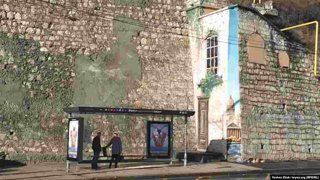Біля залізничного вокзалу Севастополя намалювали «Вікно в Пітер». За іронією, саме навпроти нього, на стіні Севастопольського виноробного заводу, раніше красувався Путін-генетик на графіті «ДНК»