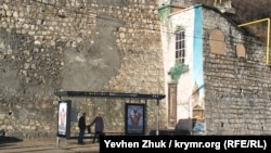 Граффити «Окно в Питер» напротив железнодорожного вокзала в Севастополе