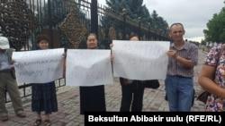 Пикет в защиту «Азаттыка» у здания парламента.