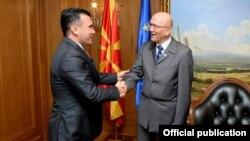 Архивска фотографија - Претседателот на Владата на Република Северна Македонија, Зоран Заев и Зоран Јанкович, шеф на Канцеларијата за врски на НАТО во Скопје.