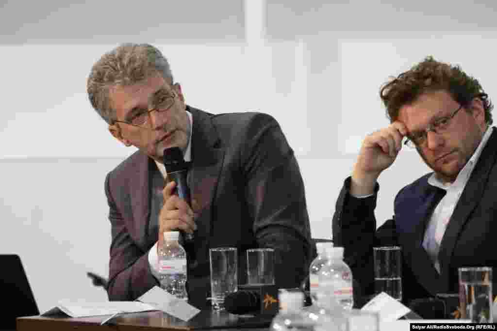 Андрій Куликов, модератор дискусії та Пітер Померанцев, британський публіцист