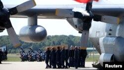 Труни з останками загиблих вивантажують із літака, Ейндговен, 23 липня 2014 року
