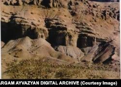 Кладбище в Джульфе. Снимок сделан с территории Ирана в 1976 году.