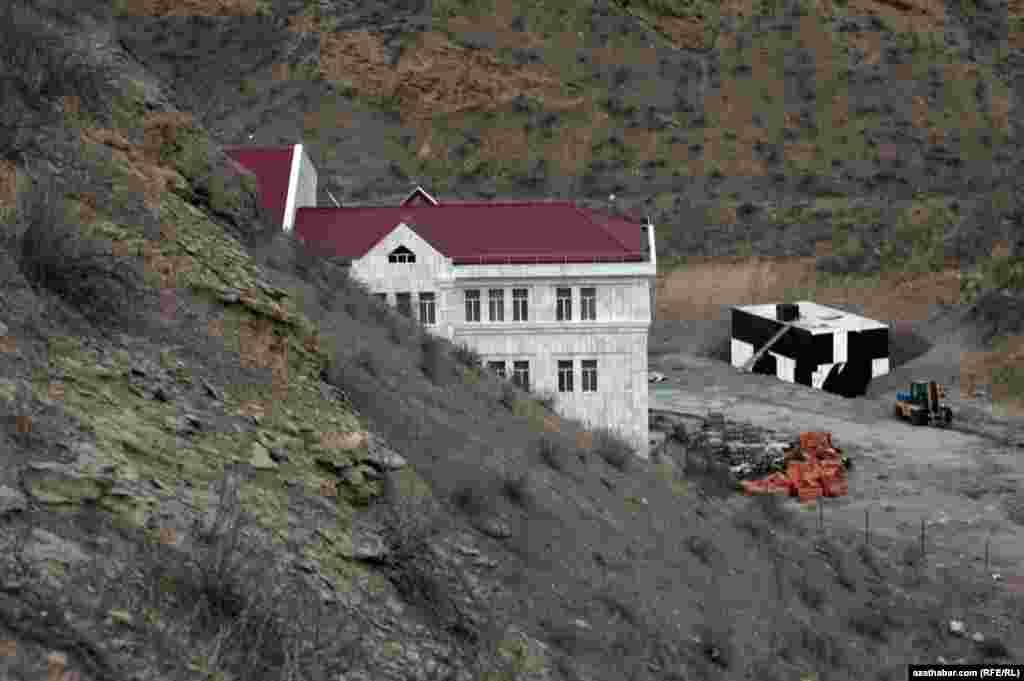 Строящееся здание в ущелье