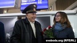 Вэтэран Васіль Гаўрлавіч Сьмелякоў разам з унучкай Палінай Масьлянковай