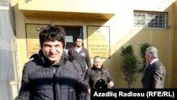 На виході з в'язниці: Узеїр Маммадлі (попереду) і Заур Ґурбанли (у дверях), Баку, 30 грудня 2014 року