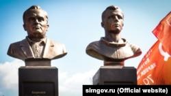 Памятник Сергею Королеву и Юрию Гагарину в Симферополе