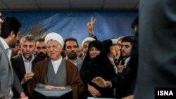 اکبر هاشمی رفسنجانی با حضور در ستاد انتخابات کشور برای حضور در یازدهمین دوره انتخابات رياست ثبت نام کرد