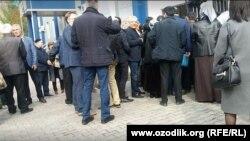 Для участия в суде по делу журналиста Бобомурода Абдуллаева, блогера Хаетхона Насреддинова, а также местных предпринимателей Равшана Салаева и Шавката Оллоерова собралось более шестидесяти человек. Ташкент, 7 марта 2018 года.