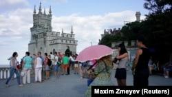 Туристи у замку «Ластівчине гніздо» в Криму