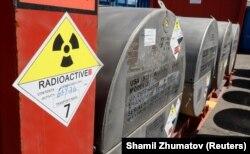 Контейнеры с гидроксидом уранила, сырья для АЭС.