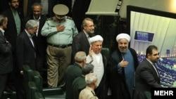 Prezident Hassan Rohani we öňki prezident Akbar Haşemi Rafsanjani Eýran parlamentinde.