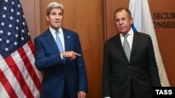 Держсекретар США Джон Керрі (ліворуч) і міністр закордонних справ Росії Сергій Лавров