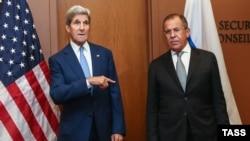 Орусия тышкы иштер министри Сергей Лавров менен АКШ мамлекеттик катчысы Жон Керри. Нью-Йорк, 30-сентябрь, 2015-жыл