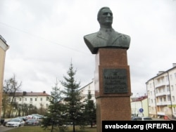 Бюст маршала Сакалоўскага побач з рэдакцыяй