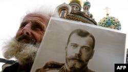 Участник акции памяти Николая II с портретом императора. Петербург, май 2011 года
