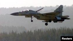 Российский истребитель Су-30СМ на подлете к аэропорту Красноярска.